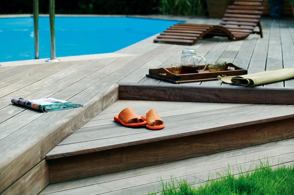 Holzpool oval schwimmbecken blockbohlen bausatz for Gartenpool untergrund